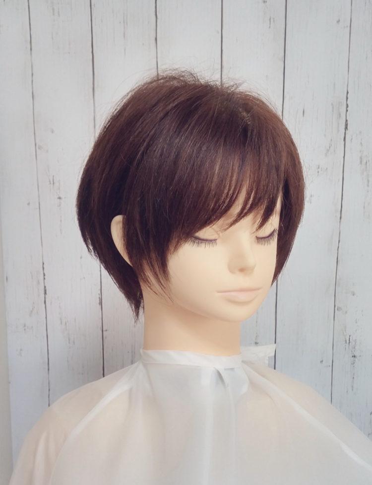 流し前髪のショートヘア