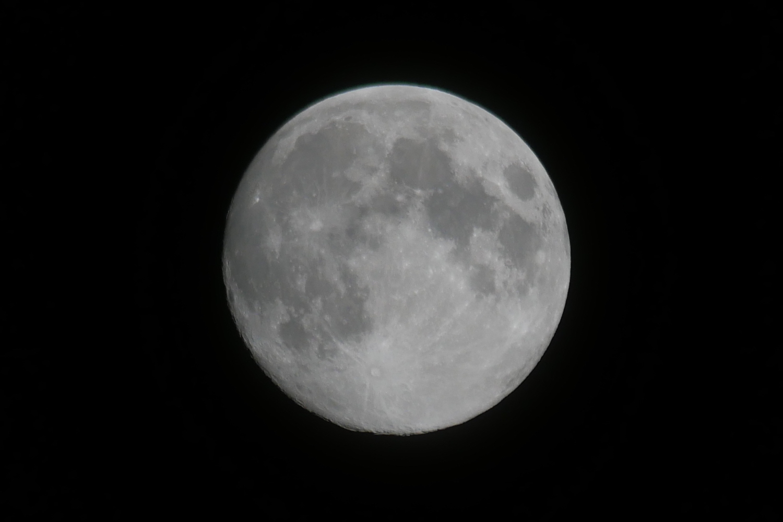 DCーGF9W三脚を使って満月を撮影 細部まで綺麗に撮れる レンズはルミックス G VARIO 100-300mm/F4.0-5.6 /MEGA O.I.S. H-FS100300を使用