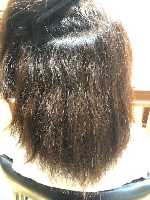くせ毛で縮毛矯正やアイロンのダメージで毛先がチリチリになってしまっている